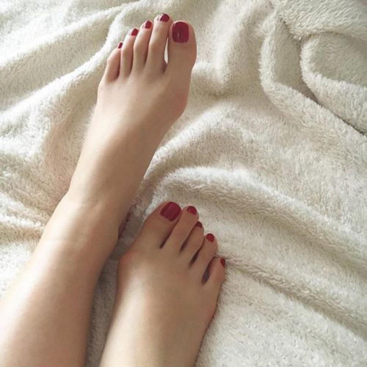 冬のセルフペディキュアは赤。自分の足元にドキッとする色っぽフットネイルのススメ