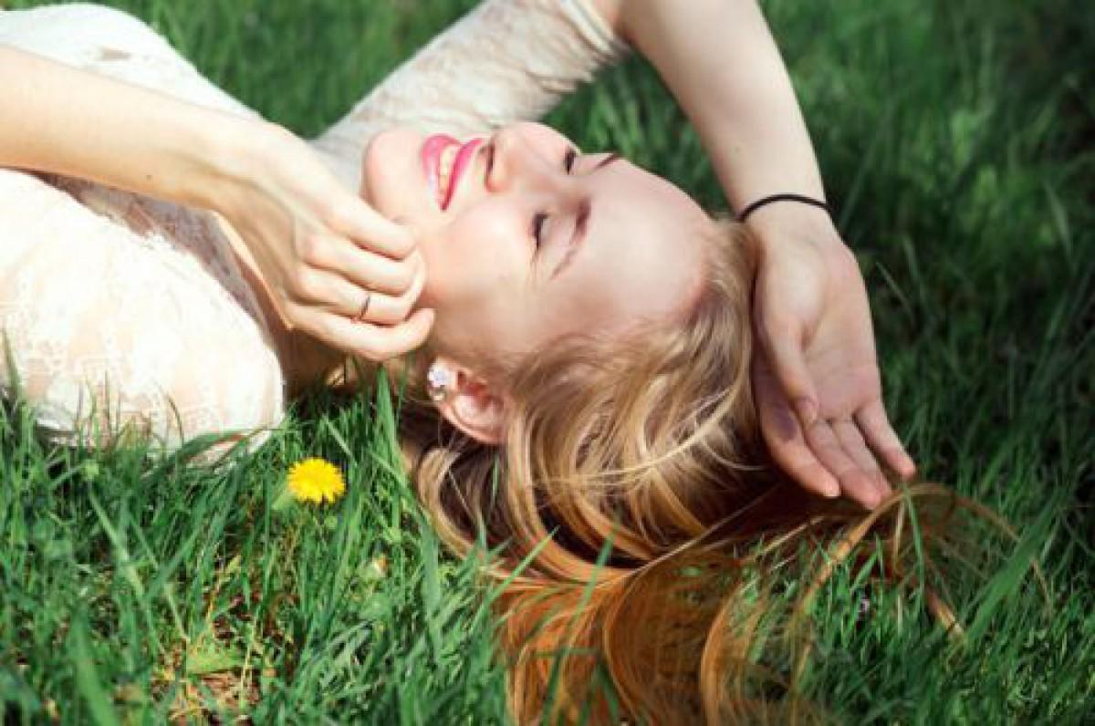 手を汚さずメイクの上から重ねづけ可能!「透明スティック状日焼け止め」で春の紫外線ケア