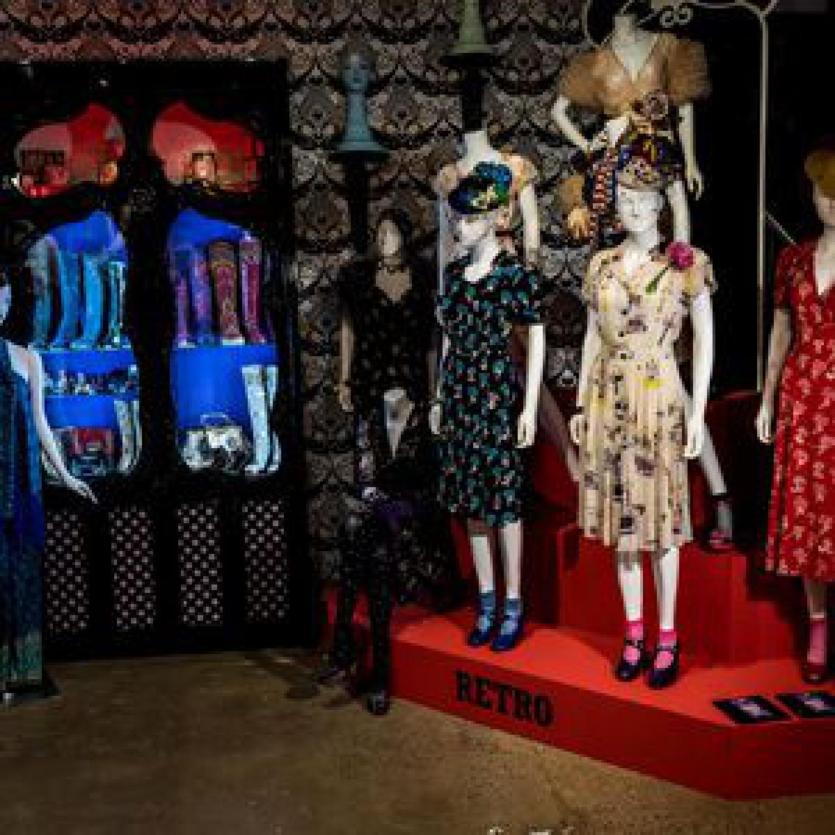 「アナ スイ コスメティックス」20年の軌跡を辿る巡回展開催、デビュー当初のコスメなどを展示