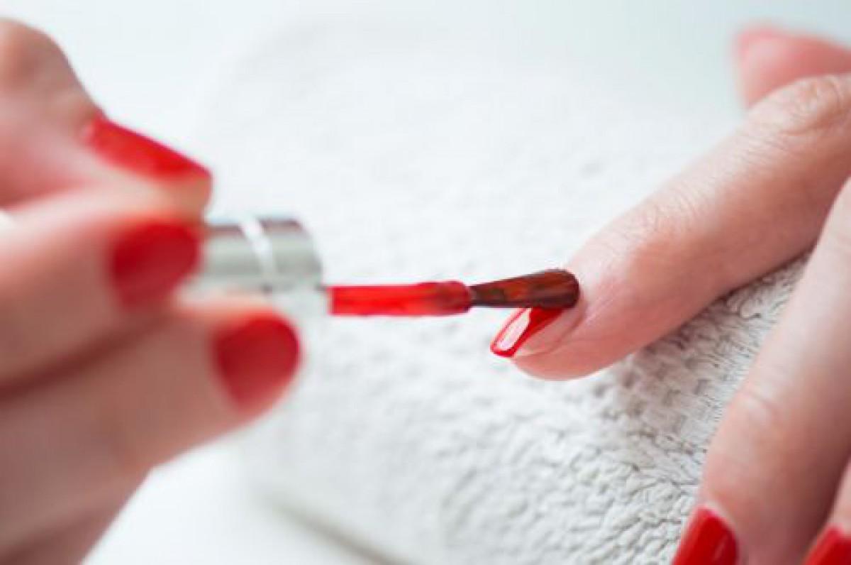 誰の家にでもあるモノで解決。「利き手のマニキュア」が劇的に塗りやすくなる裏技