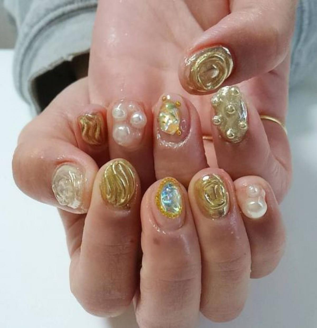 ゴールドネイルのデザイン16選。金色ライン・ラメ・パーツで素敵な指先に♡
