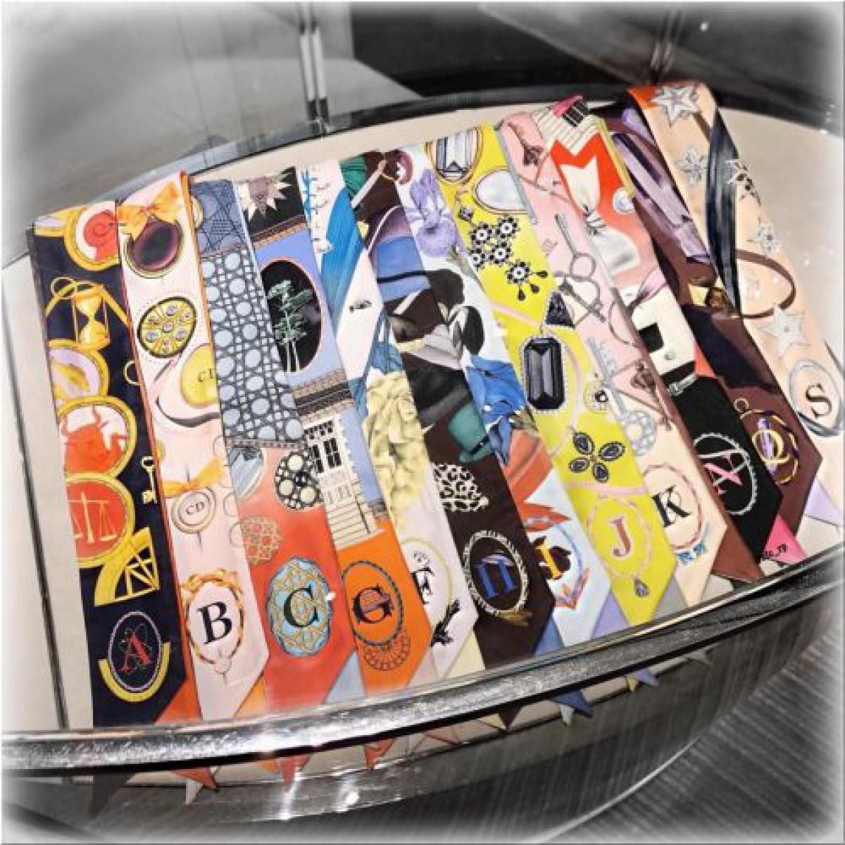 ディオールのミッツァ イニシャルスカーフ「MITZAH ABCDior」☆巻き方、お値段、サイズ&人気柄一覧☆