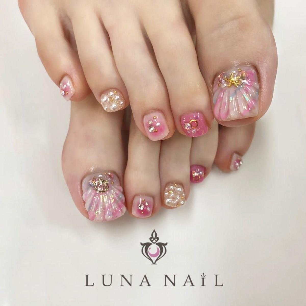 ピンクのフットネイルで足先までキュートな私に。可愛さを詰め込んだデザインに注目!