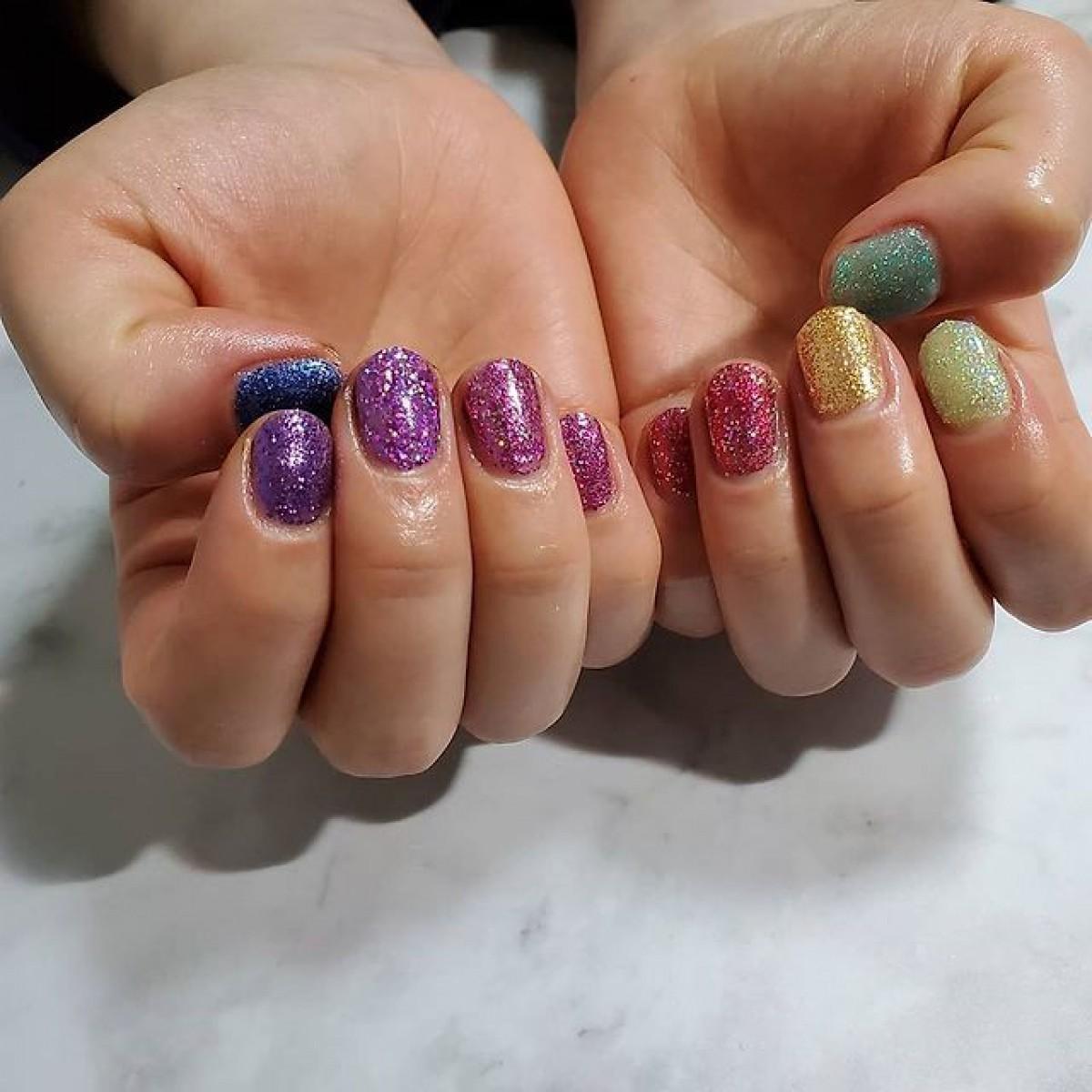元気がもらえるラッキーカラー?虹を彷彿とさせる7色のネイルデザインをPICK UP